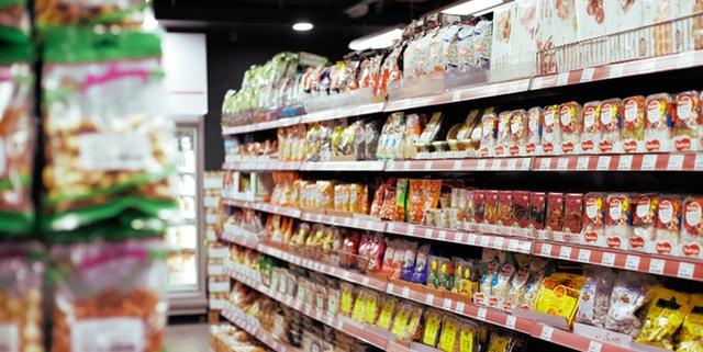 Supermarkt schap met rijen producten   Mijn Keus