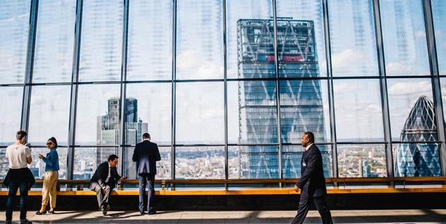 Kantoorgebouw weerspiegeld in ander kantoor | Mijn Keus