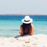 Vrouw op strand aan zee | Mijn Keus