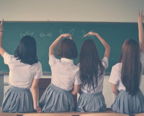 Groep schoolmeisjes voor een schoolbord | Mijn Keus