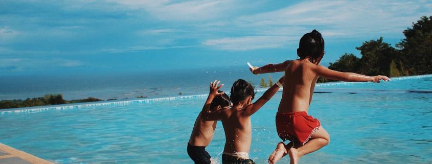 Drie jongens springen in een zwembad | Mijn Keus